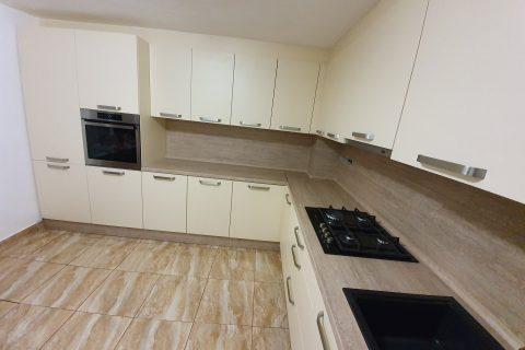Kuchyňa a posuvné interiérove dvere.