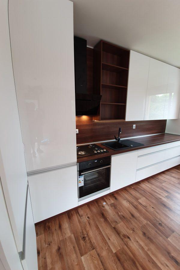 Kuchyňa a vstavaná potravinová skriňa